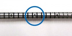 スリット加工を施した部分をあらかじめ曲げておき、その部分にリングを溶接する。二九精密機械工業